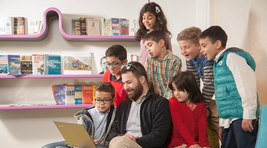 'هيلو ويرلد كيدز' تعلم الطلاب والأستاذة البرمجة في مدارس أردنية