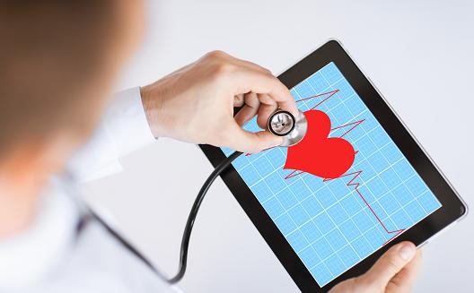 الرعاية الصحية الإلكترونية: مخاطر صحية أم أمل جديد؟
