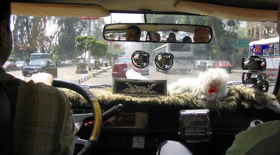 الحكومة المصرية تقونن عمل 'أوبر' و'كريم' وسائقو 'التاكسي الأبيض' غاضبون