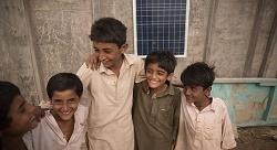 هكذا يصنعون المال من العتمة في باكستان