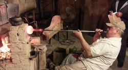 كيف ساهمت إعادة التدوير في إحياء مهنة نفخ الزجاج؟